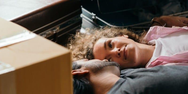 zaljubljeni par se pakuje