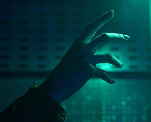 ruka-dodiruje-ekran