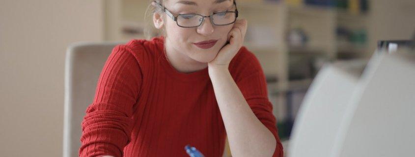devojka-u-crvenoj-bluzi-naočare